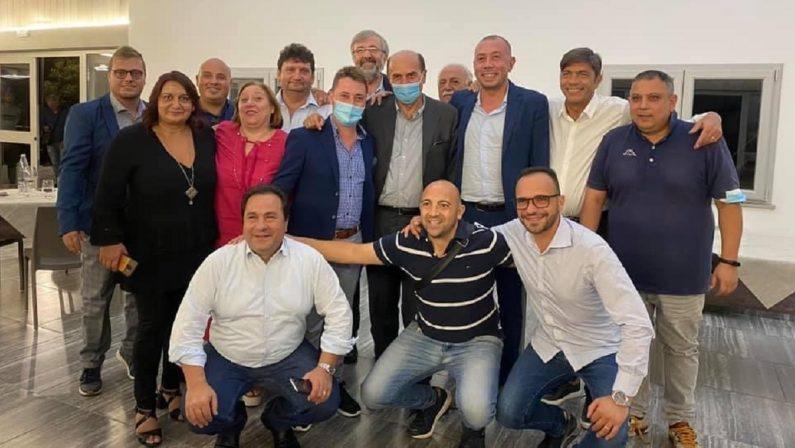 Foto di gruppo senza mascherine del neo commissario Zuccatelli coi big della sinistra calabrese