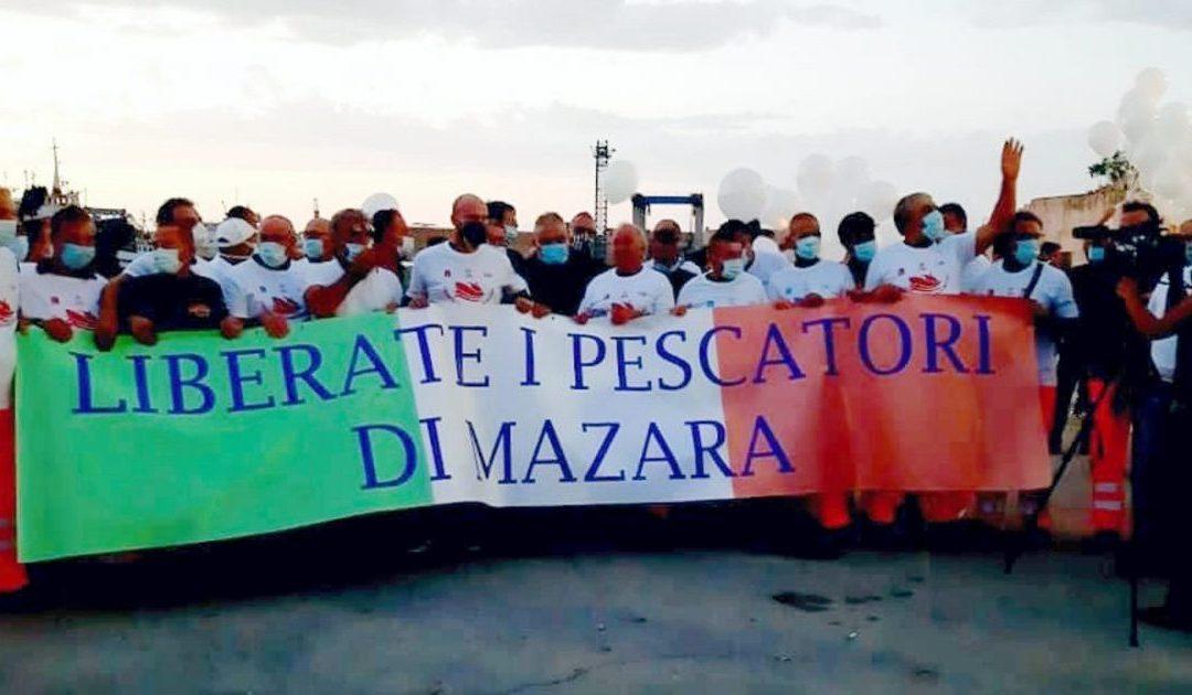 I familiari dei pescatori durante una manifestazione