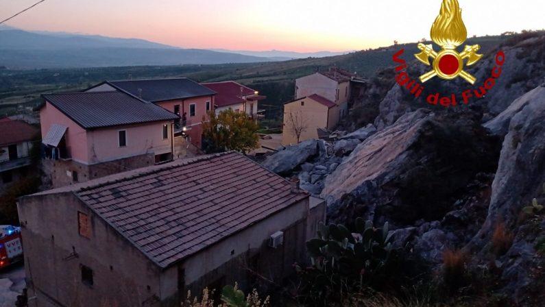 Costone roccioso frana su alcune case a Cassano: sfiorata la tragedia. Evacuati i residenti - FOTO