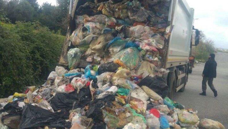 Prende fuoco un mezzo per la raccolta dei rifiuti a Vibo Valentia