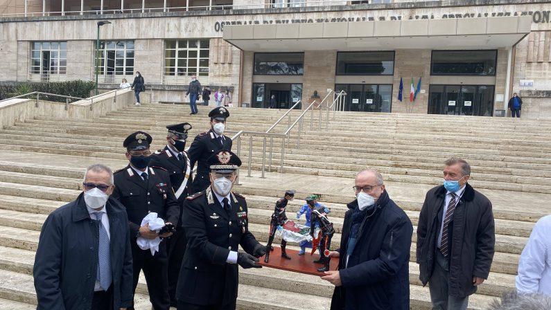 I Carabinieri donano una statua in carta pesta al personale sanitario dell'Azienda Ospedaliera dei Colli