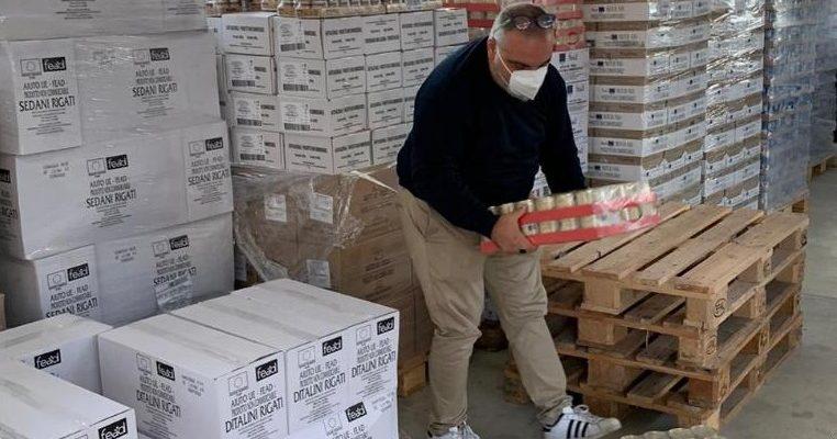 Giuseppe Cavaliere impegnato nella preparazione dei pacchi