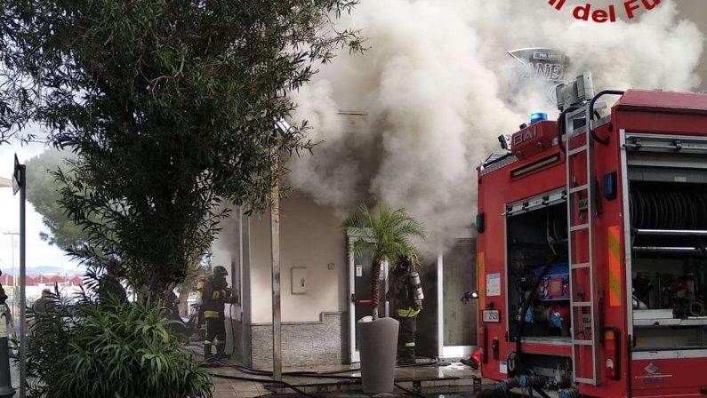 Negozio in fiamme a Vibo Marina, la testimonianza del titolare: «In fumo un'intera vita di sacrifici»