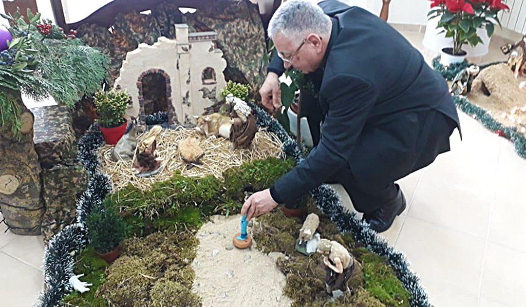 Il posizionamento nel presepe della statuina da parte del vescovo Renzo