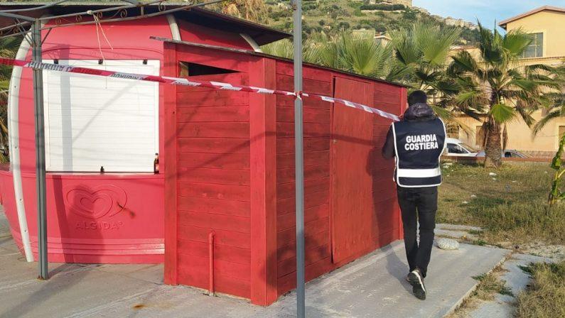 Manufatti abusivi sequestrati dalla Guardia costiera a Nicotera