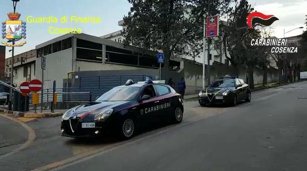 Carabinieri e guardia di finanza davanti l'ospedale di Cosenza