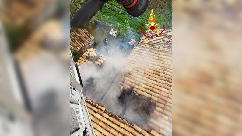 Parte un incendio dal caminetto, casa semidistrutta nel Cosentino