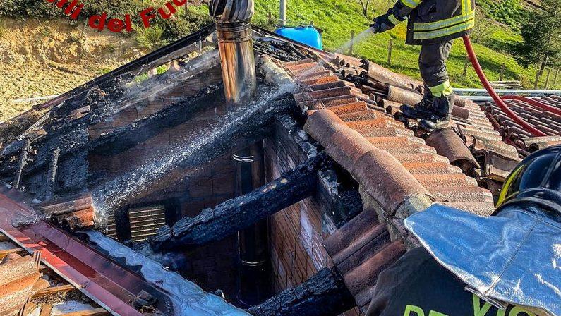 Incendio danneggia abitazione nel Cosentino, crollata parte del tetto