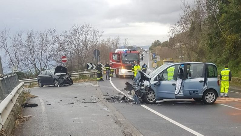Incidente stradale sulla statale 18 nel Cosentino, scontro frontale con un morto e un ferito