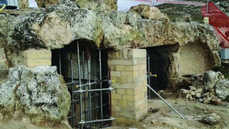 Chiesa delle Tre Porte, una mascherina (di ferro) alla Madonna. E in tanti gridano allo scempio
