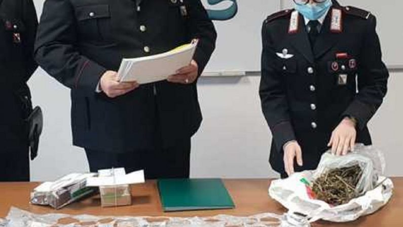 Carabinieri trovano marijuana in casa di un uomo mentre gli notificano l'allontanamento dall'abitazione, arrestato
