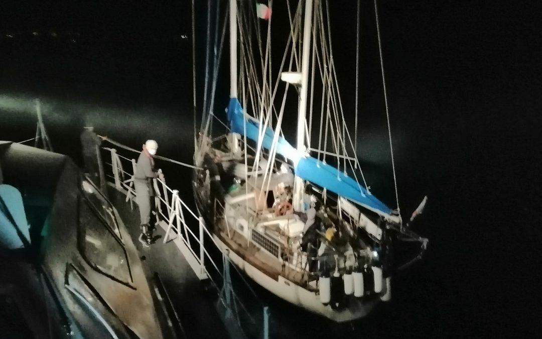 L'imbarcazione intercettata al largo delle coste calabresi