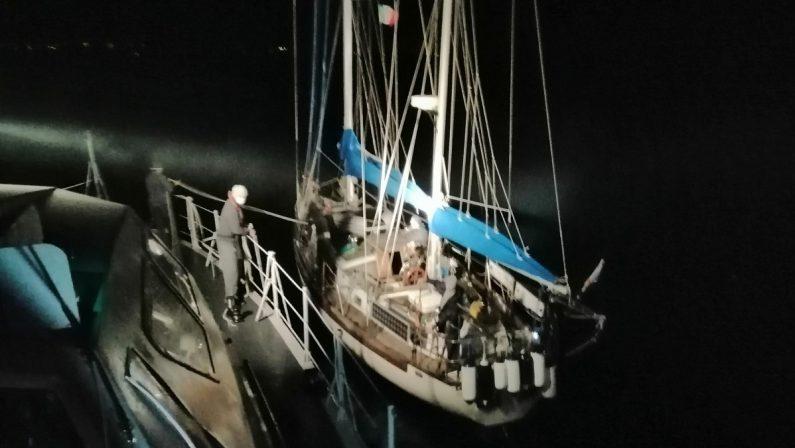 Migranti, barca a vela con 32 persone a bordo intercettata nel Mar Jonio e scortata a Crotone