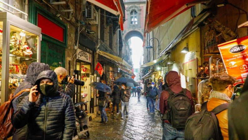 Covid: a Napoli folla nelle vie dello shopping