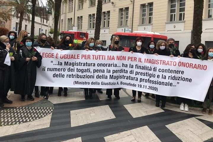 La protesta dei magistrati onorari in Calabria per «denunciare lo sfruttamento della categoria»