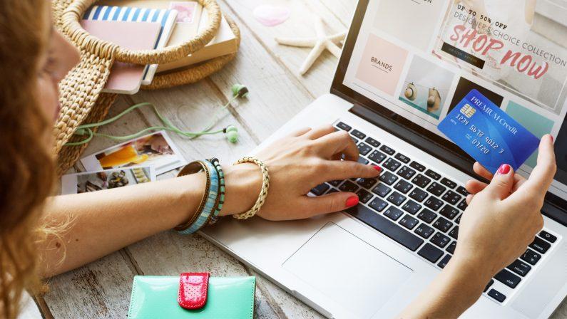 Regali: boom dell'e-commerce, ma occhio alle truffe online