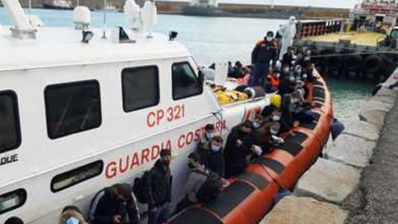Migranti, barcone con 72 persone a bordo sbarca nel porto di Crotone