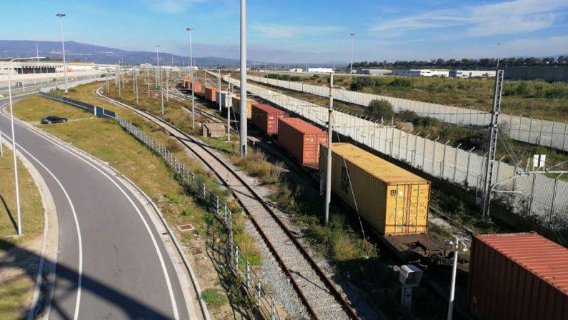 Svolta per il porto di Gioia Tauro, primo treno merci. De Micheli: «Ora più competitivo»
