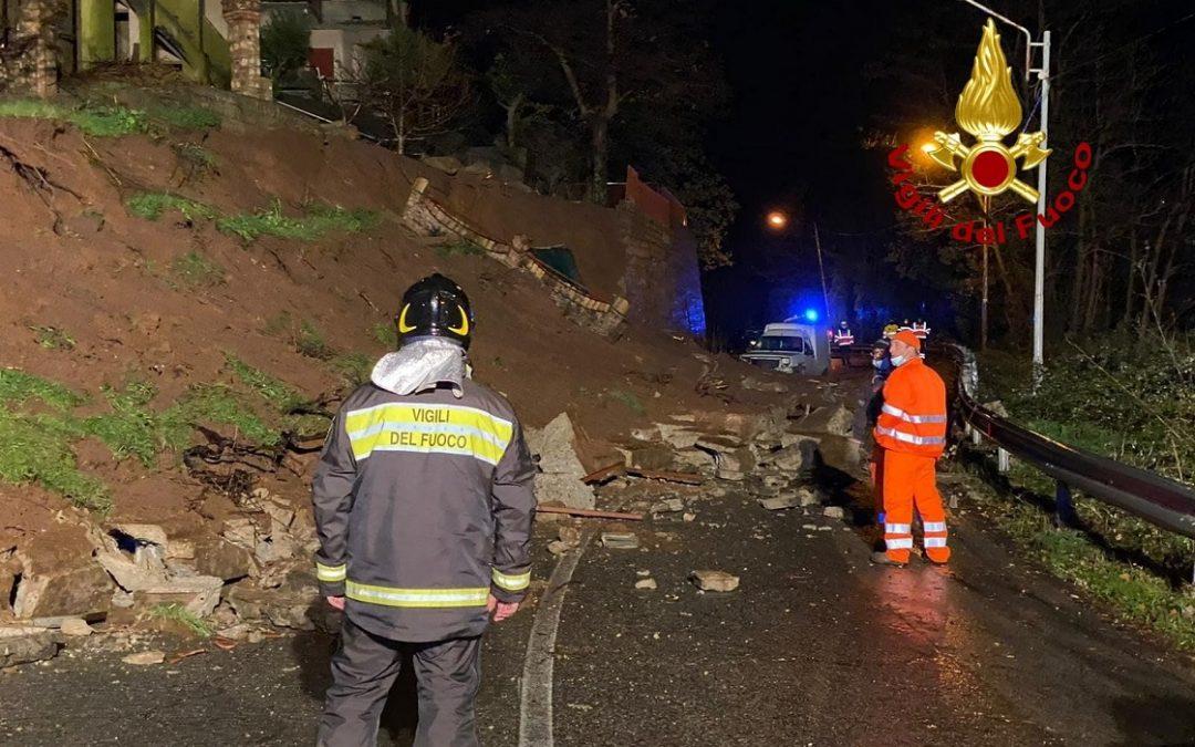Maltempo in Calabria, frane nel Cosentino. Crolla impalcatura, disagi in autostrada