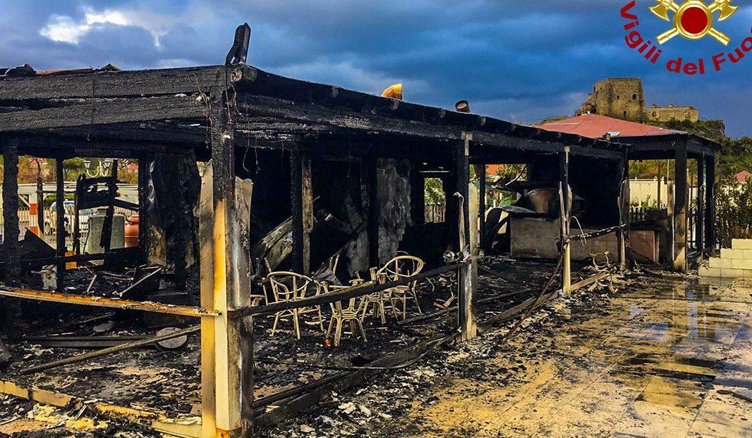La struttura distrutta dalle fiamme