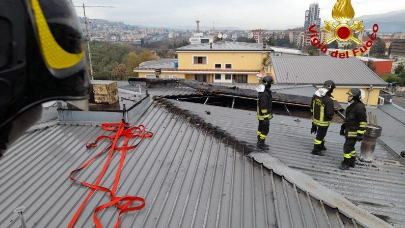 In fiamme il tetto di uno stabile a Cosenza, distrutta parte della struttura