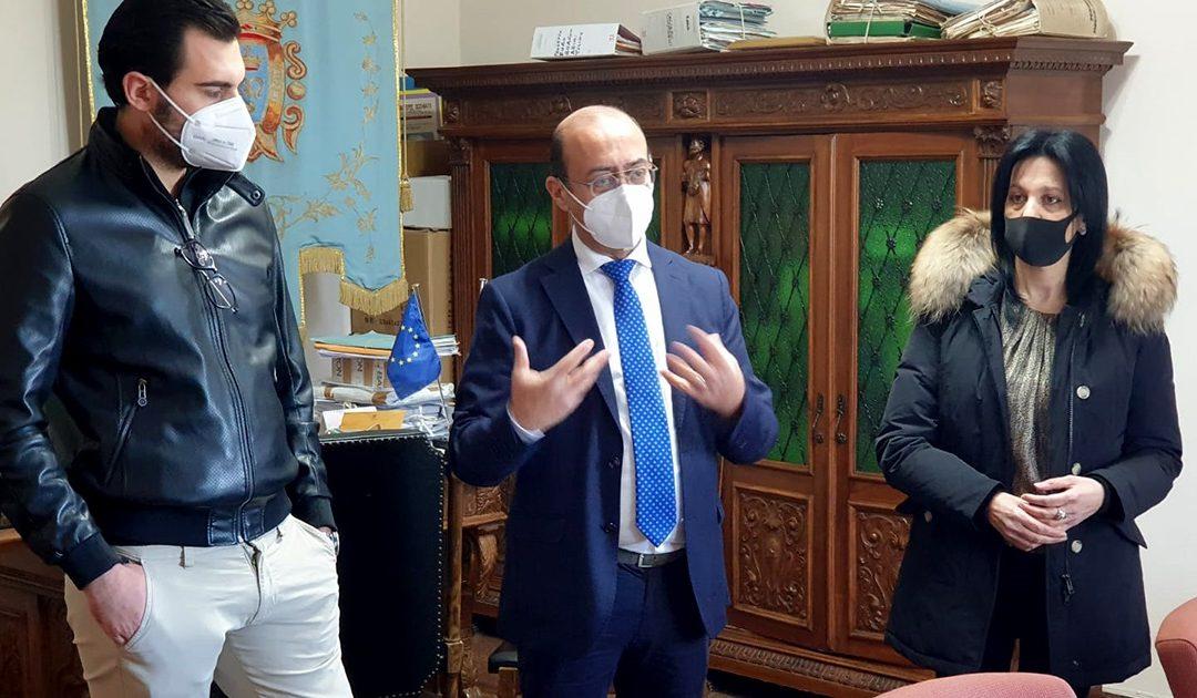 Il sindaco Salvatore Fortunato Giordano tra Gianni Lamari e l'assessore allo Sport Rosa Alba Gangemi