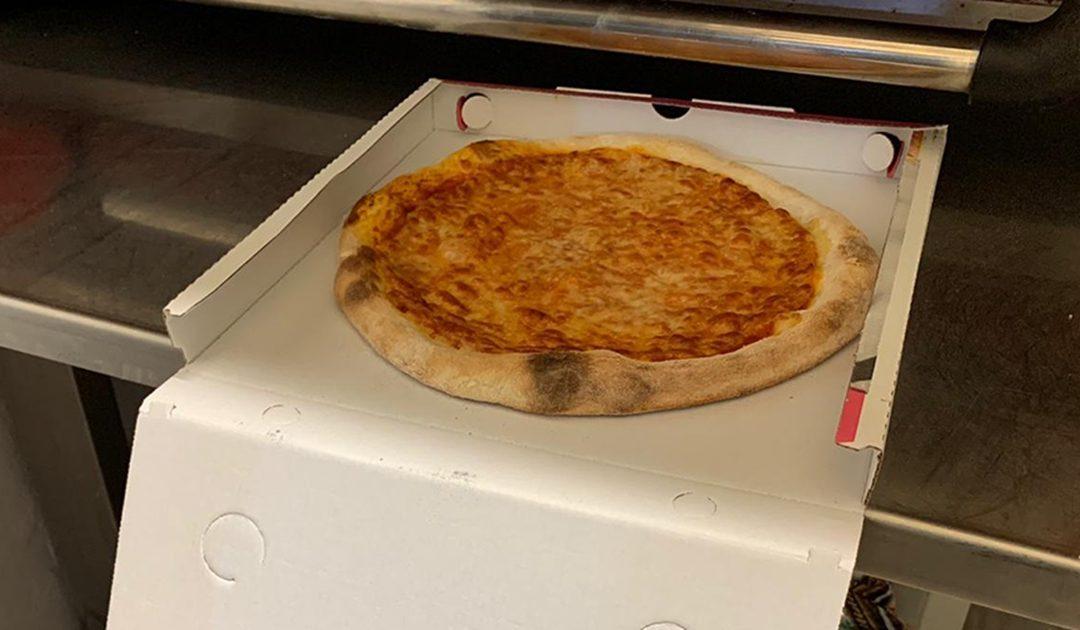 Una delle pizze preparate e distribuite