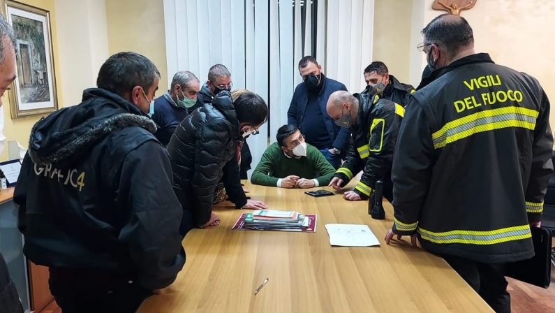 Crolla un muro di contenimento a Rosarno, evacuate trenta persone