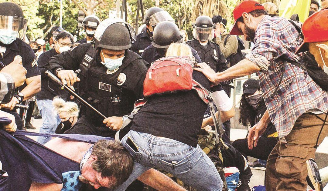 Un momento dei drammatici scontri  provocati dai sostenitori di Donald Trump