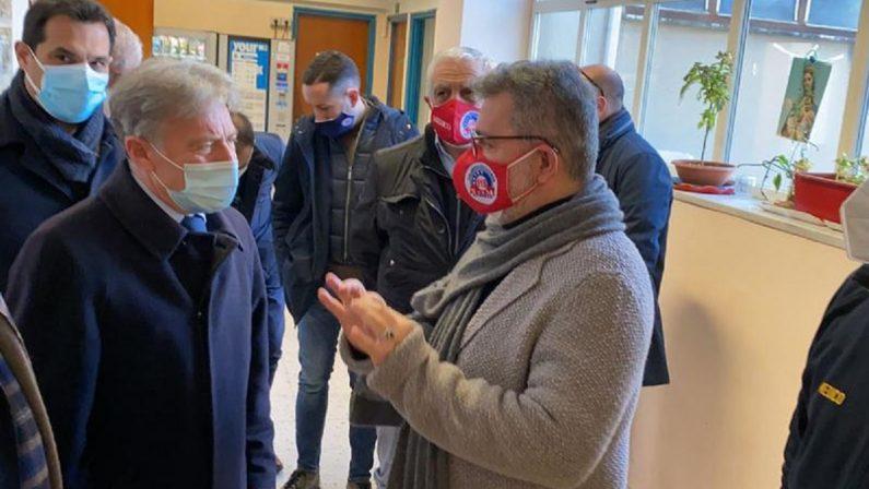 Spirlì visita il 118 di Cosenza: «C'è bisogno di una nuova sede»