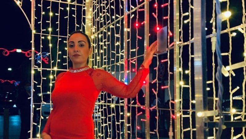 Canzoni che inneggiano alla mafia e contro la polizia: polemiche travolgono cantante calabrese