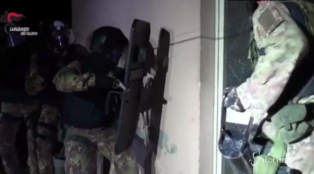 Il blitz dei carabinieri nel casolare