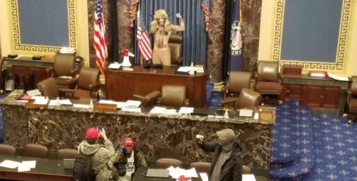 Tensione a Washington, manifestanti pro-Trump irrompono a Capitol Hill