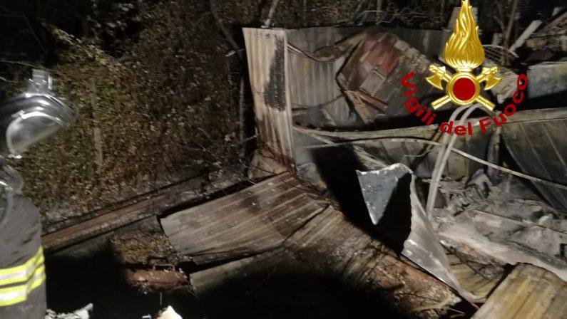 Incendio distrugge il magazzino di una ditta nel Cosentino, intossicato un operaio