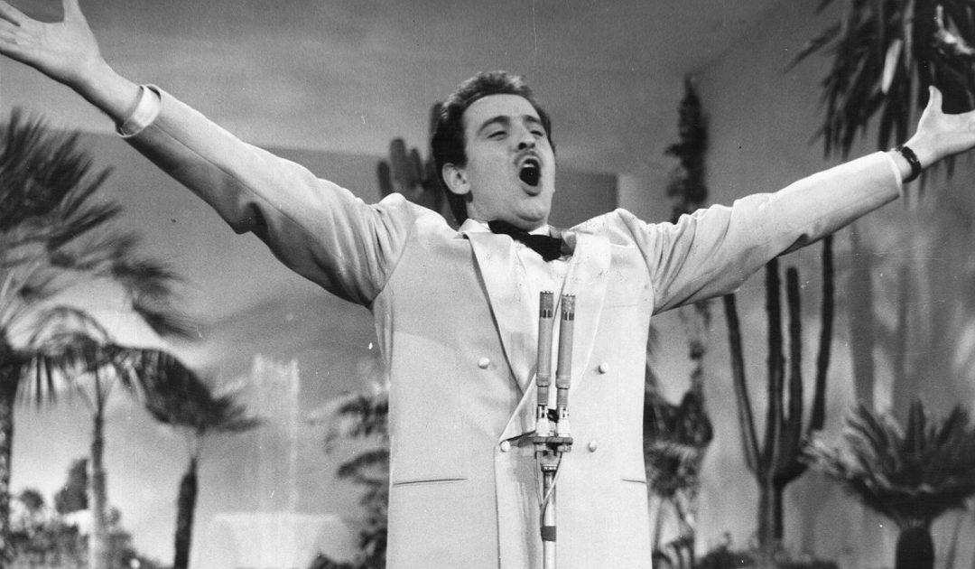 Domenico Modugno mentre canta Volare al Festival di Sanremo del 1958