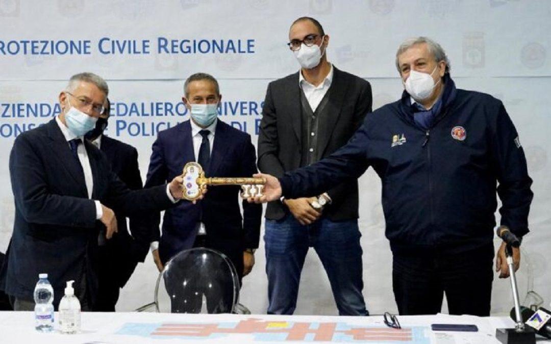 La consegna delle chiavi del nuovo ospedale anti-covid costruito nella Fiera del Levante a Bari