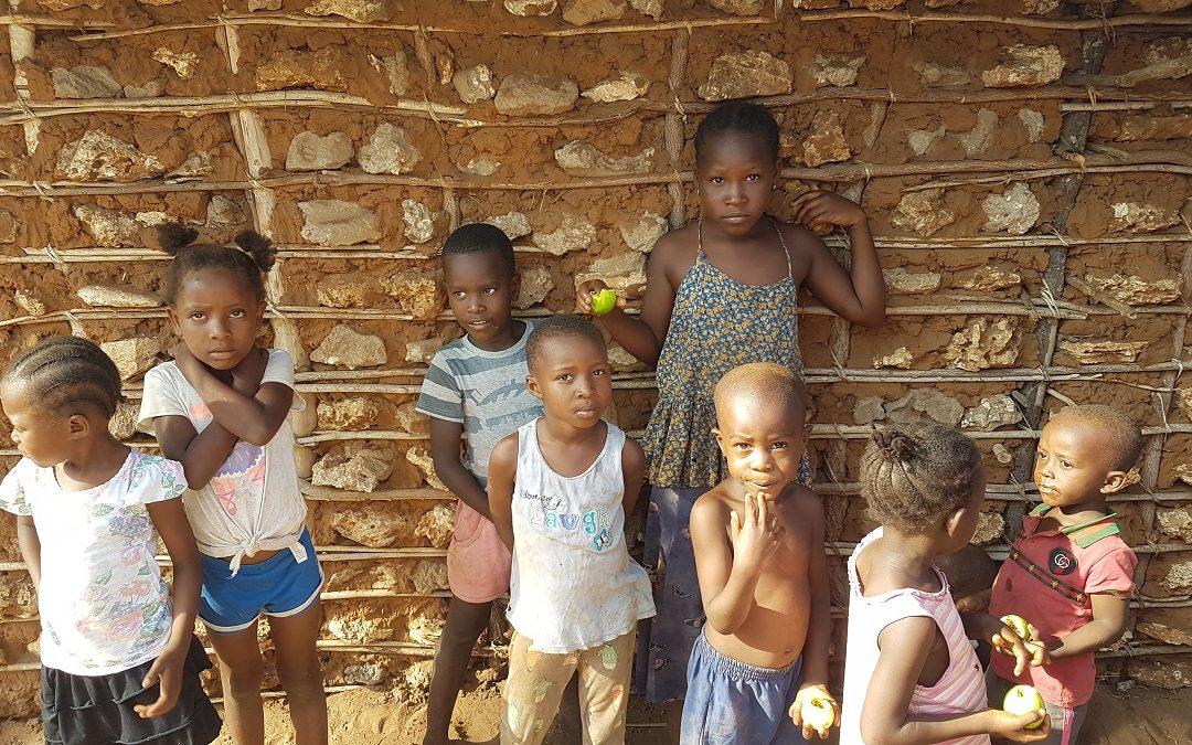 Alcuni bambini del villaggio