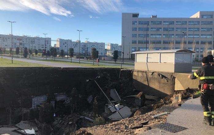 Si apre voragine nel parcheggio dell'ospedale del Mare a Napoli