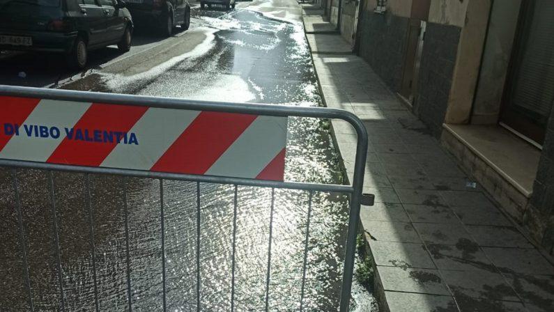 Vibo Valentia, un fiume d'acqua per strada: ennesima perdita al Cancello Rosso