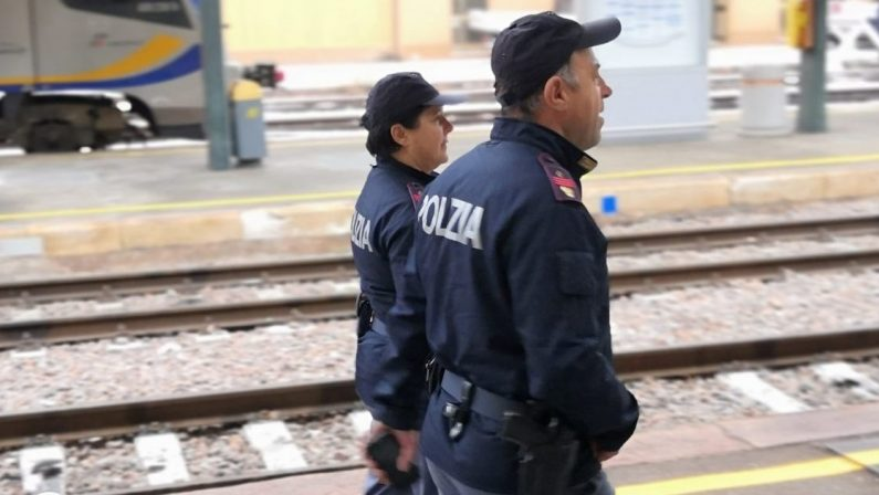 Viaggia senza biglietto sul treno e aggredisce gli agenti della Polfer: arrestato a Locri