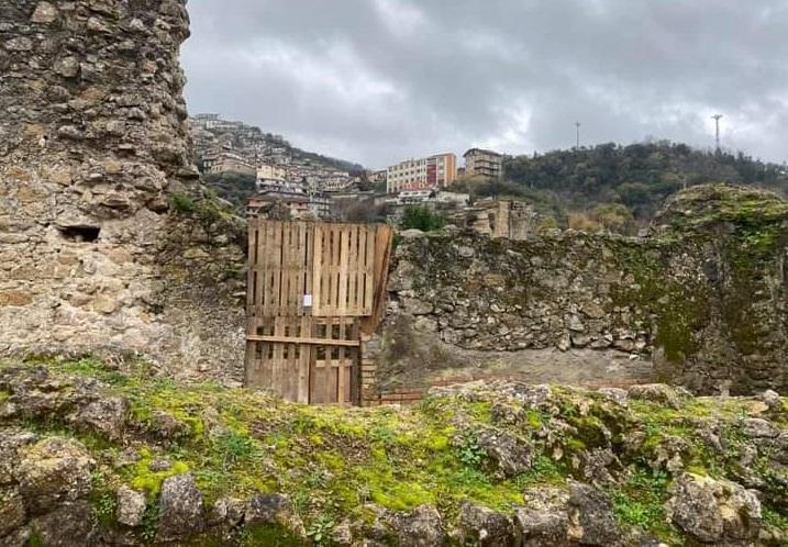 Scontro tra Comune di Soriano e frati Domenicani, bancali in legno per chiudere il Santuario