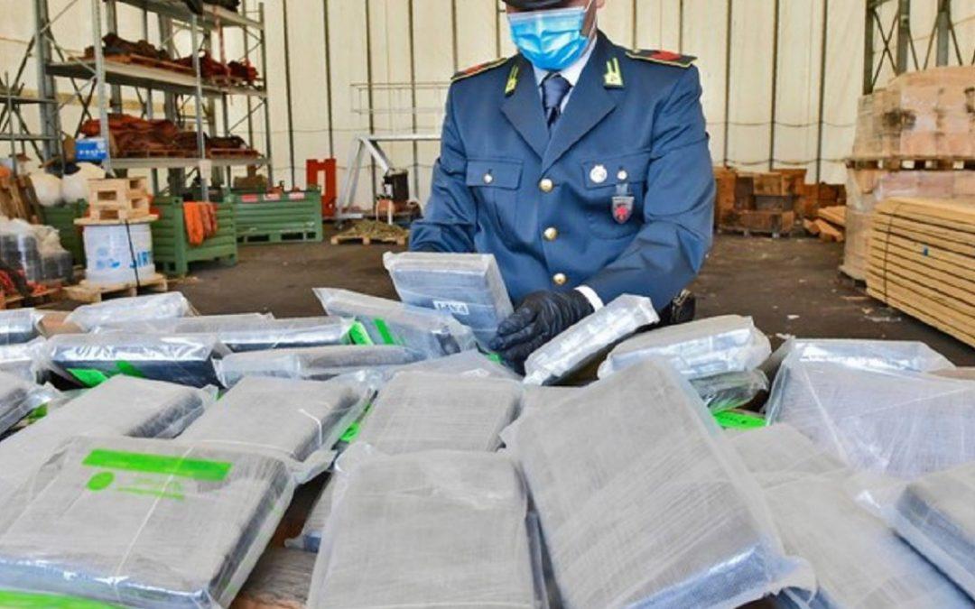 Uno dei maxi sequestri di cocaina al porto di Livorno