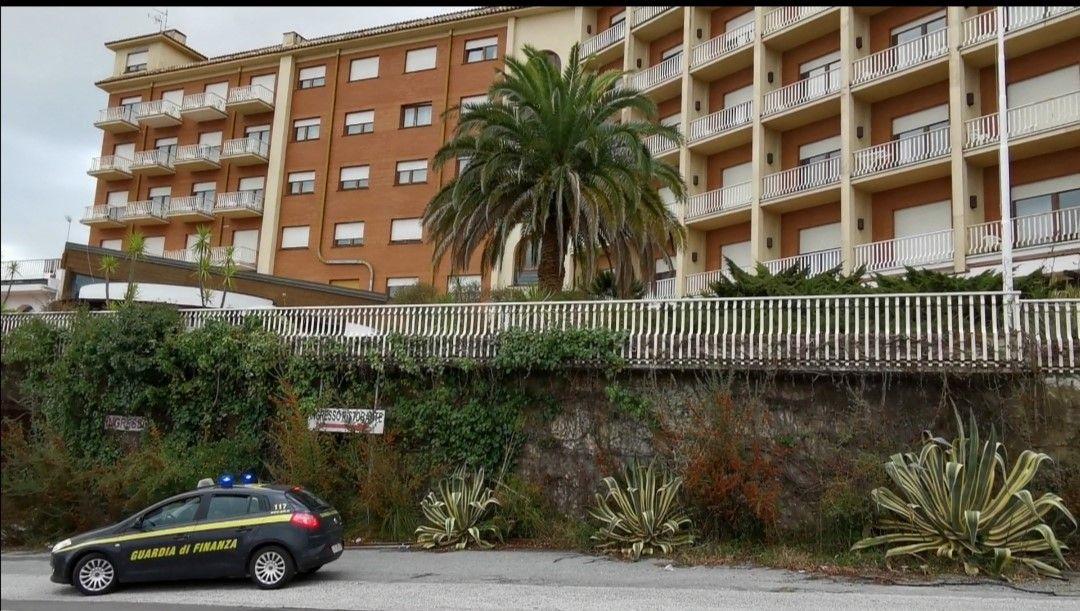 La guardia di finanza davanti al 501 Hotel di Vibo Valentia