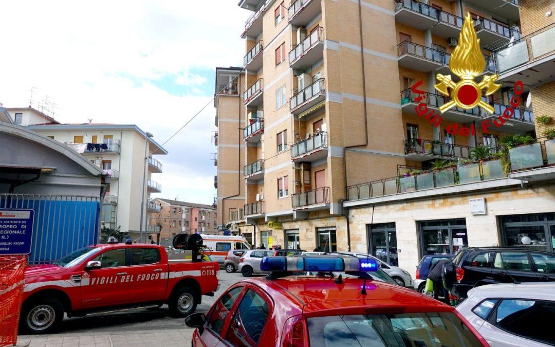 I vigili del fuoco soccorrono una donna anziana colta da malore sul balcone di casa