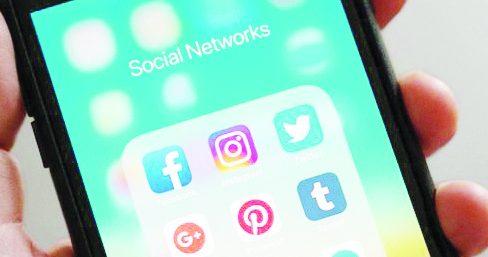 La caccia all'untore sui social che annulla lo sguardo degli altri