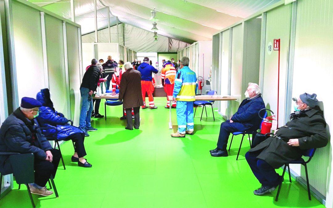Anziani in attesa del vaccino ieri a Potenza al punto somministrazioni affianco al San Carlo