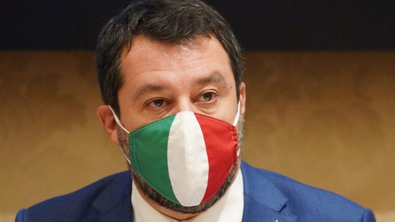 Salvini ci prova: un po' dentro, un po' fuori. Carezze per Draghi, bastonate a Speranza