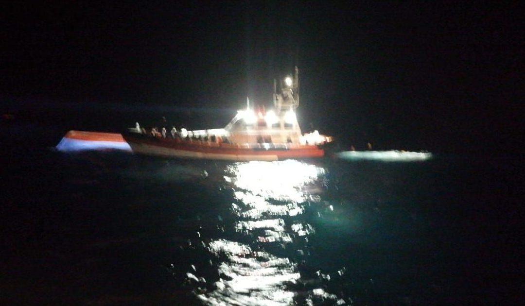 Il barcone al largo di Lampedusa