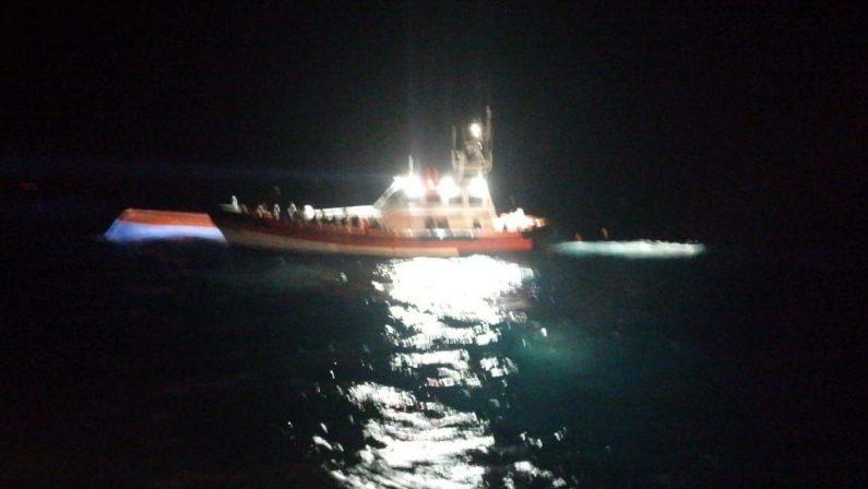Immigrazione, un barcone carico di migranti si ribalta al largo di Lampedusa