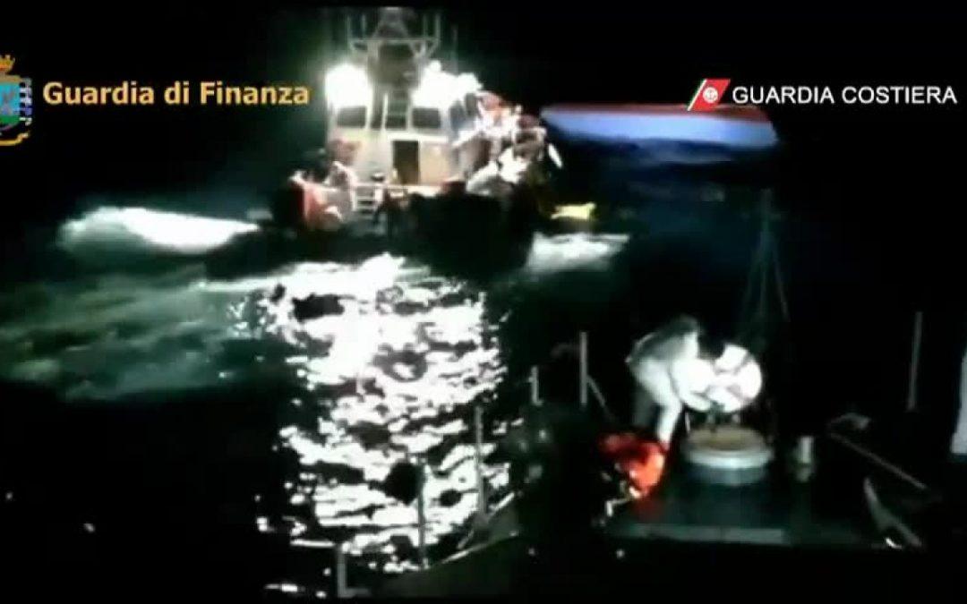 Barcone si ribalta al largo di Lampedusa, primi soccorsi